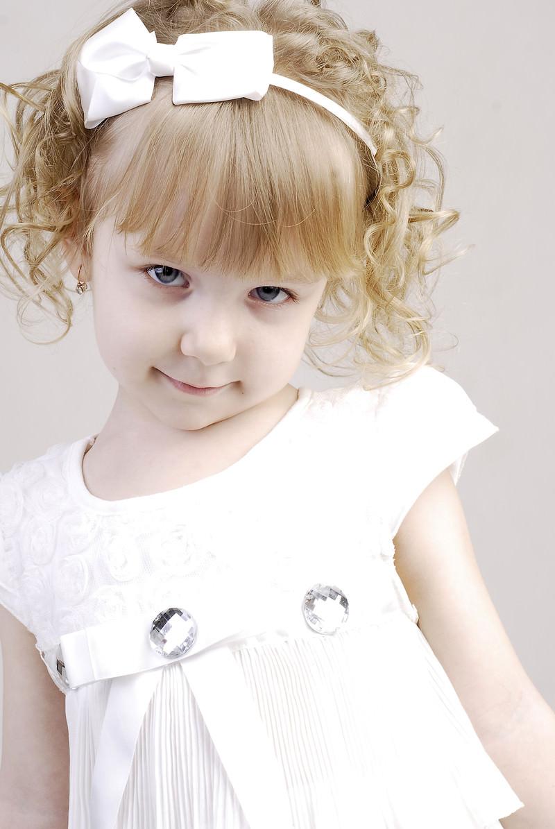 「白いお洋服を着たブロンドヘアの子供」の写真[モデル:モデルファクトリー]