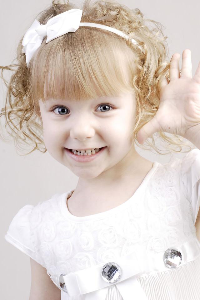 おめめパッチリのブロンドの女の子の写真