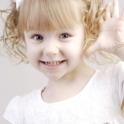「おめめパッチリのブロンドの女の子」の写真素材