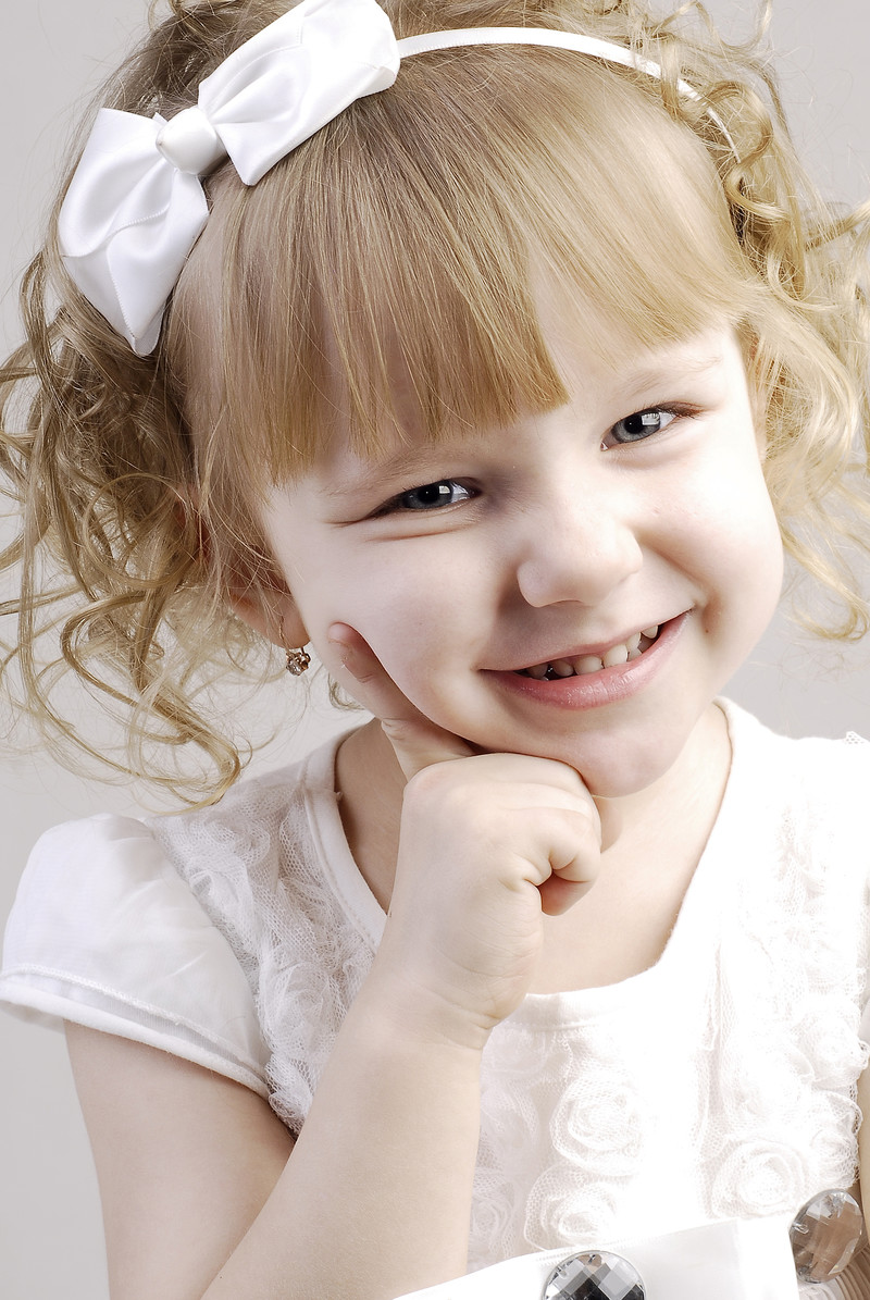 「ハイチーズで笑顔がひきつった子供」の写真[モデル:モデルファクトリー]