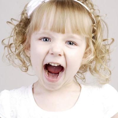 「叫び声をあげ子供」の写真素材
