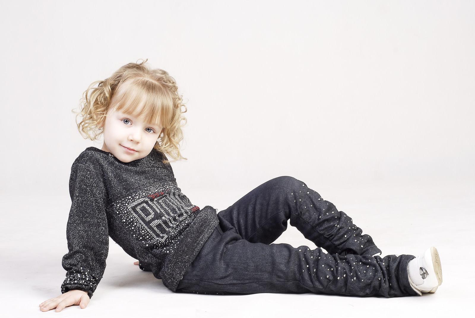 「横になってくつろぐ外国の幼い女の子」の写真[モデル:モデルファクトリー]