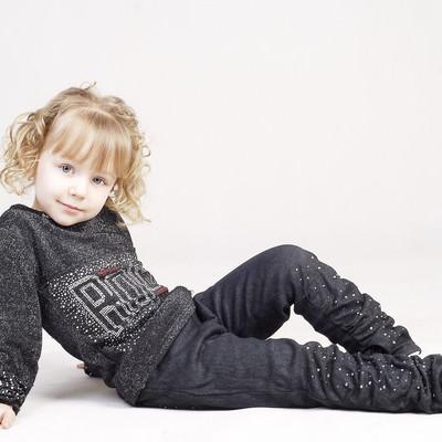 横になってくつろぐ外国の幼い女の子の写真