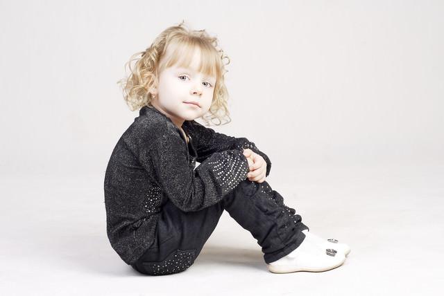 ちょこんと体育座りする子供の写真