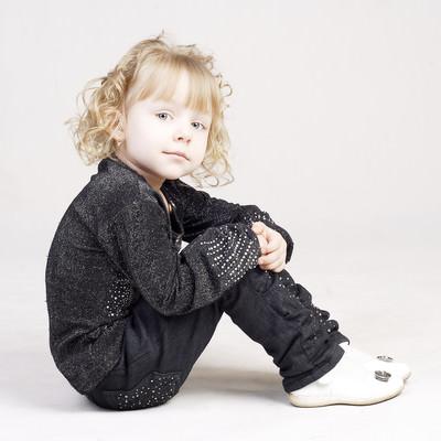 「ちょこんと体育座りする子供」の写真素材