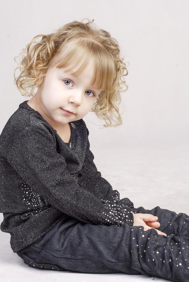 顔色をうかがう小さい女の子の写真