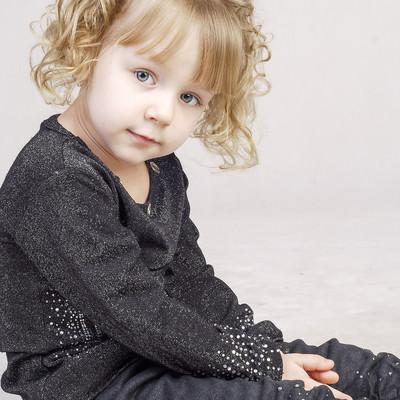 「顔色をうかがう小さい女の子」の写真素材