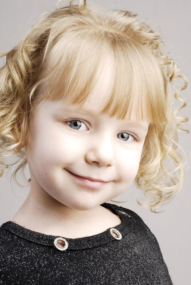 にっこり笑顔のブロンドの女の子の写真