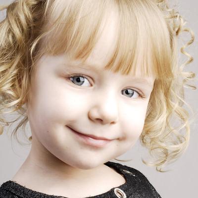 「にっこり笑顔のブロンドの女の子」の写真素材