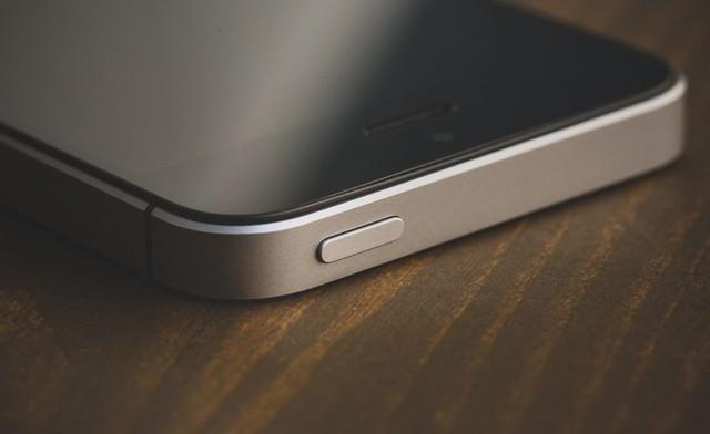 スマートフォンの電源ボタンの写真