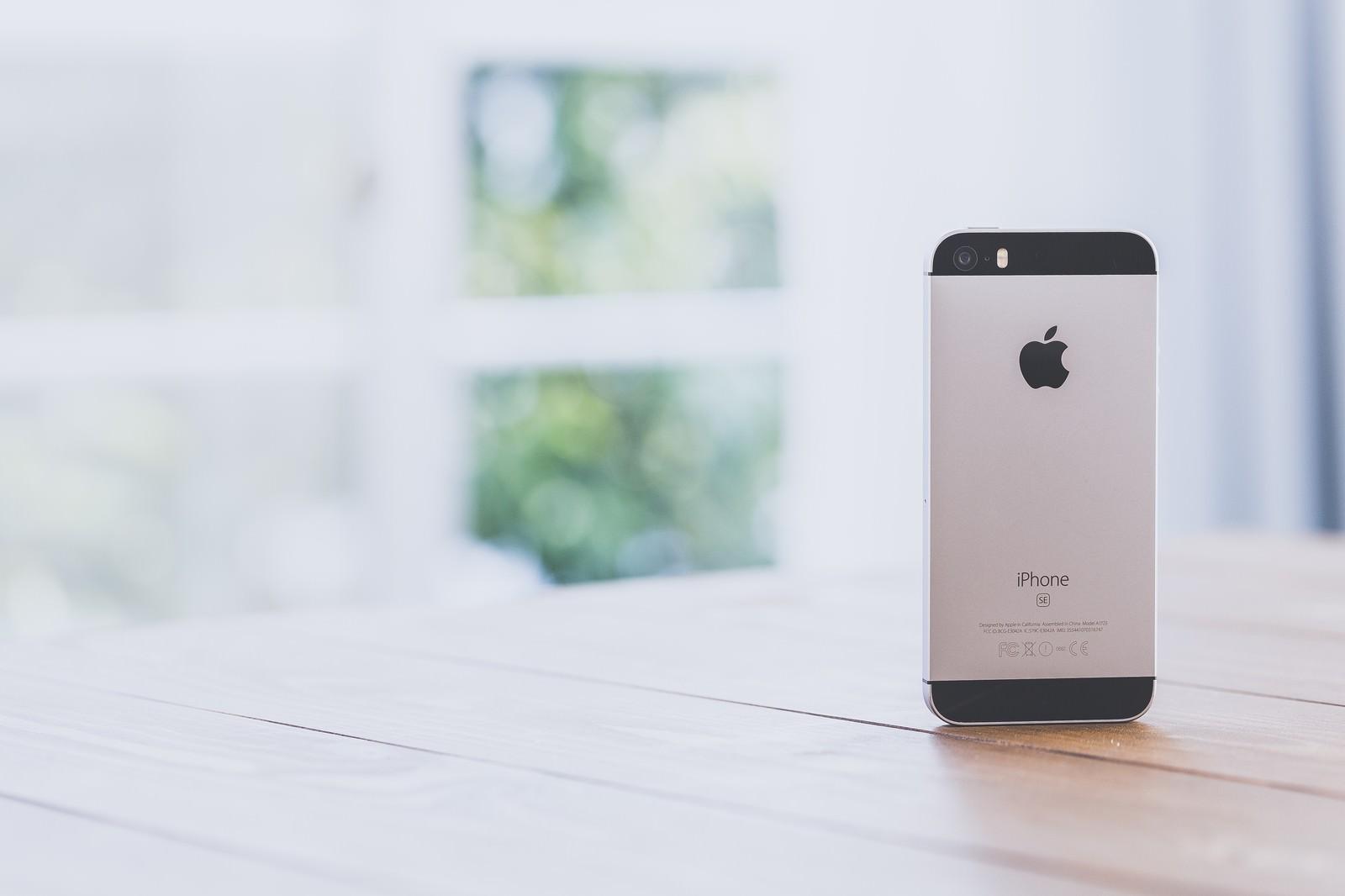 「窓辺とスマートフォン」の写真