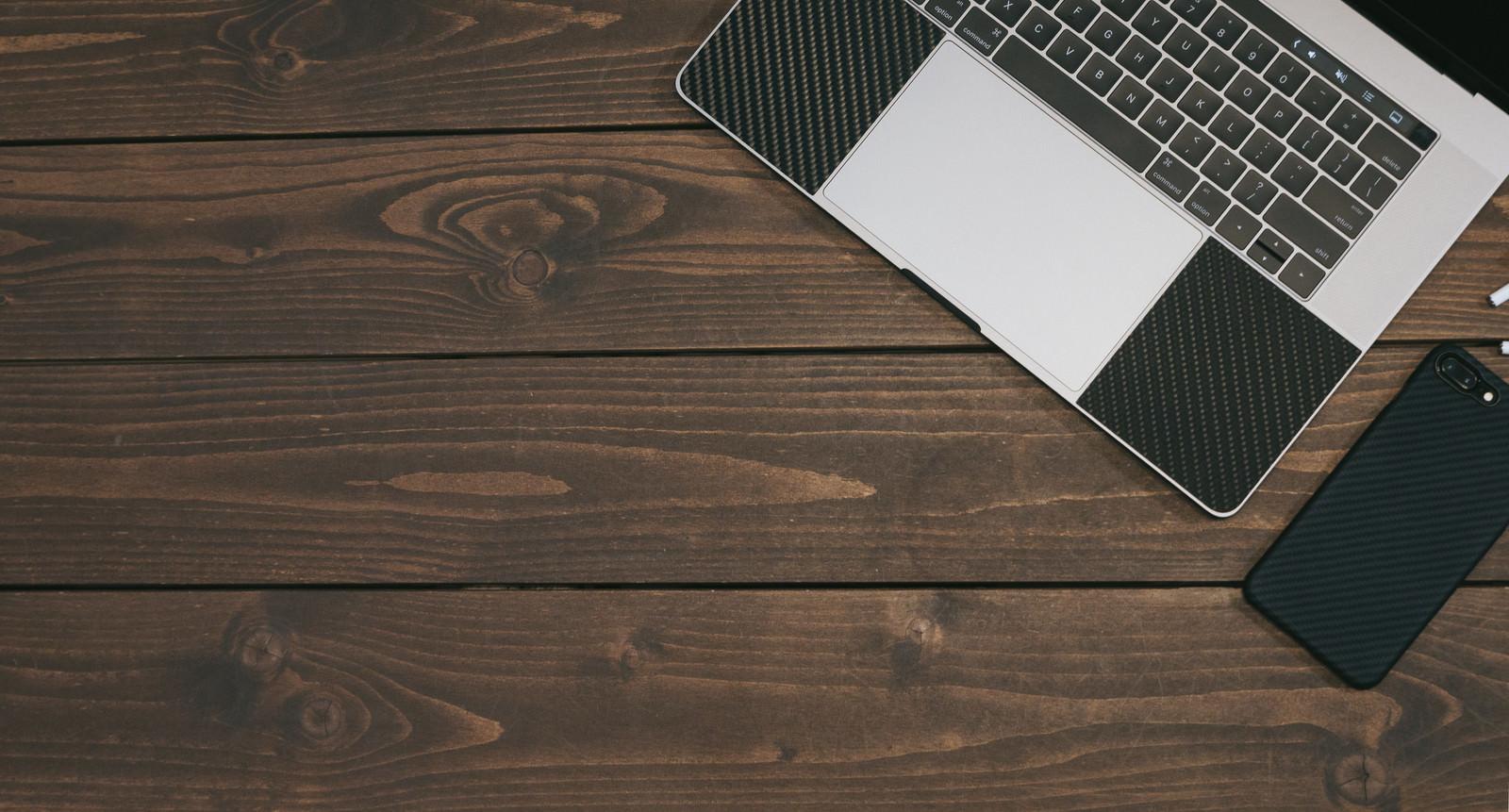 「木目のテーブルに置かれたPCとスマホ木目のテーブルに置かれたPCとスマホ」のフリー写真素材を拡大