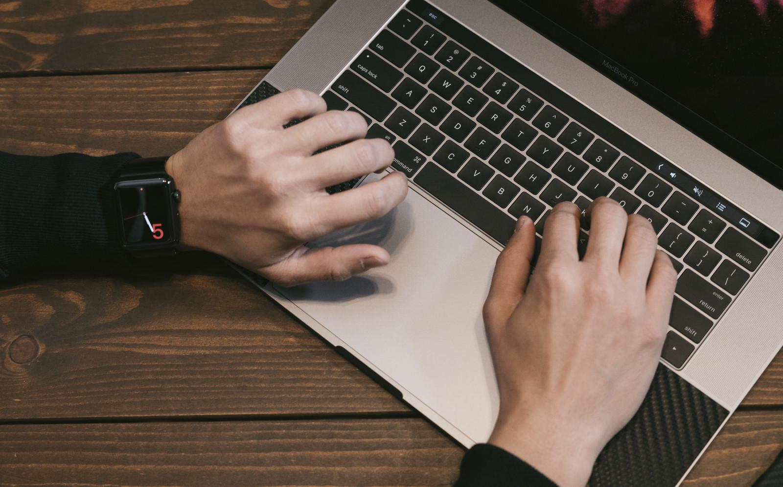 「スマートウォッチで時間を気にするライター」の写真
