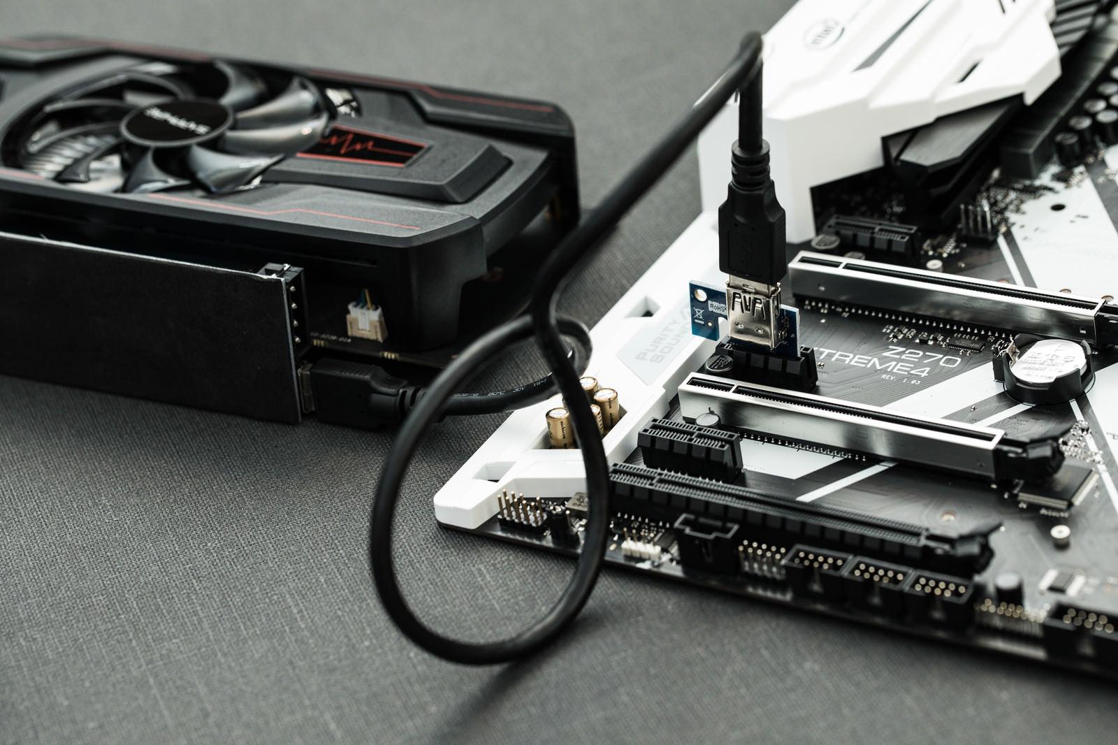 「マザーボードにライザーカードを取り付ける(GPUマイニング)」の写真