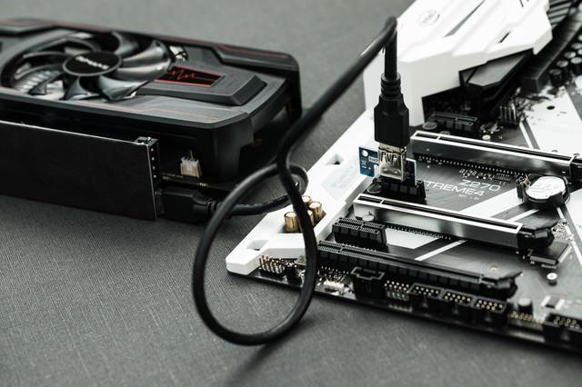 マザーボードにライザーカードを取り付ける(GPUマイニング)の写真