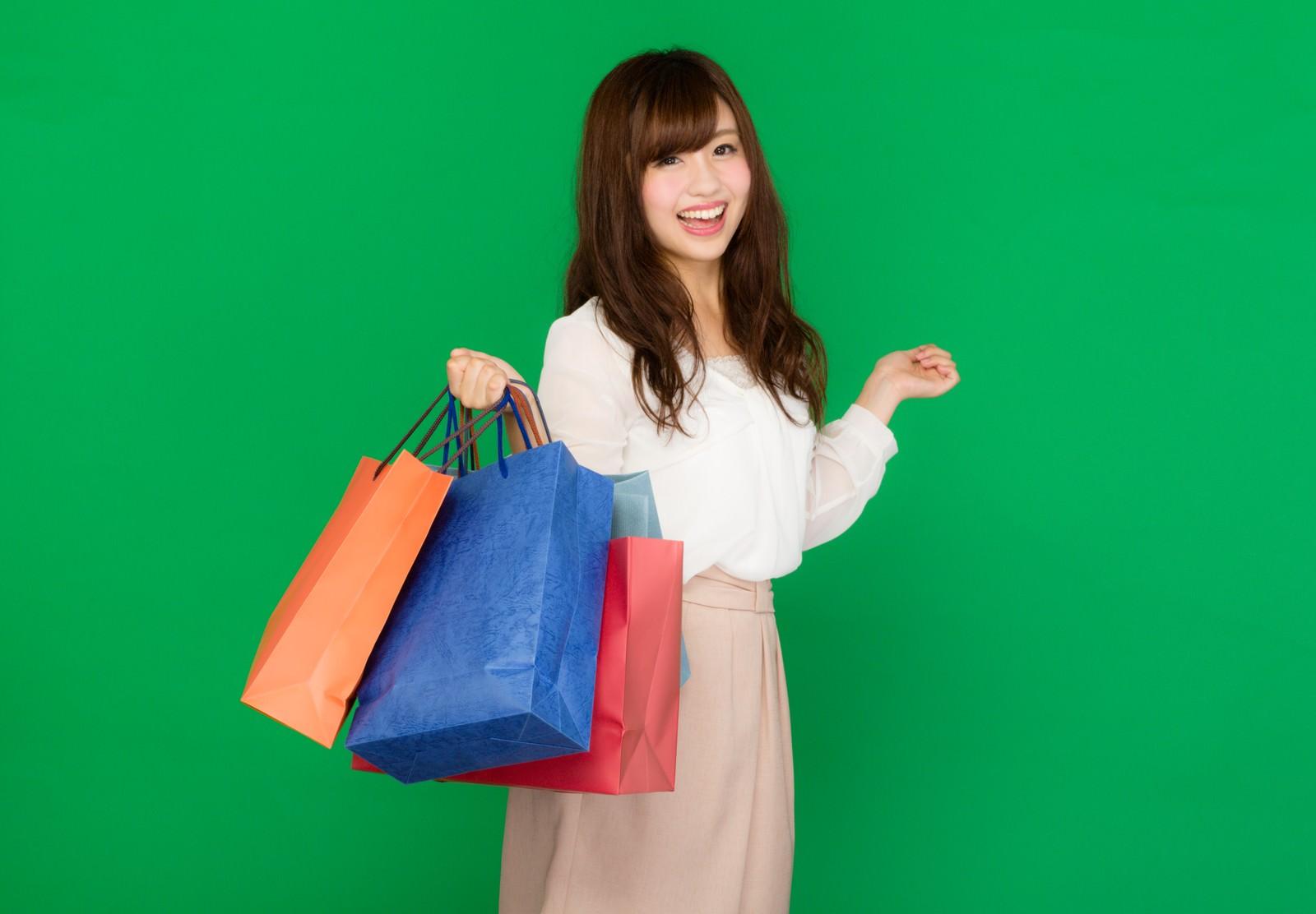 「バーゲンセールでショッピングを楽しむキラキラ女子(グリーンバック)」の写真[モデル:河村友歌]