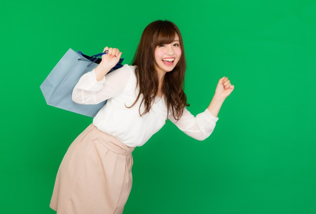 ショッピングに夢中な女性(グリーンバック)の写真
