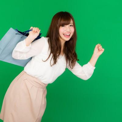 「ショッピングに夢中な女性(グリーンバック)」の写真素材