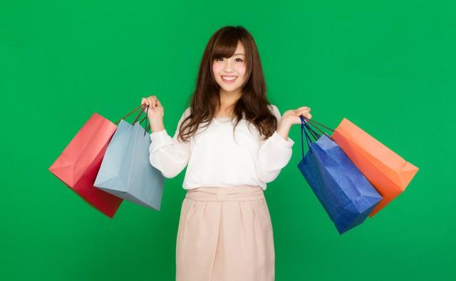 買い物欲が止まらない!バーゲン・セールが大好きな女性(グリーンバック)の写真