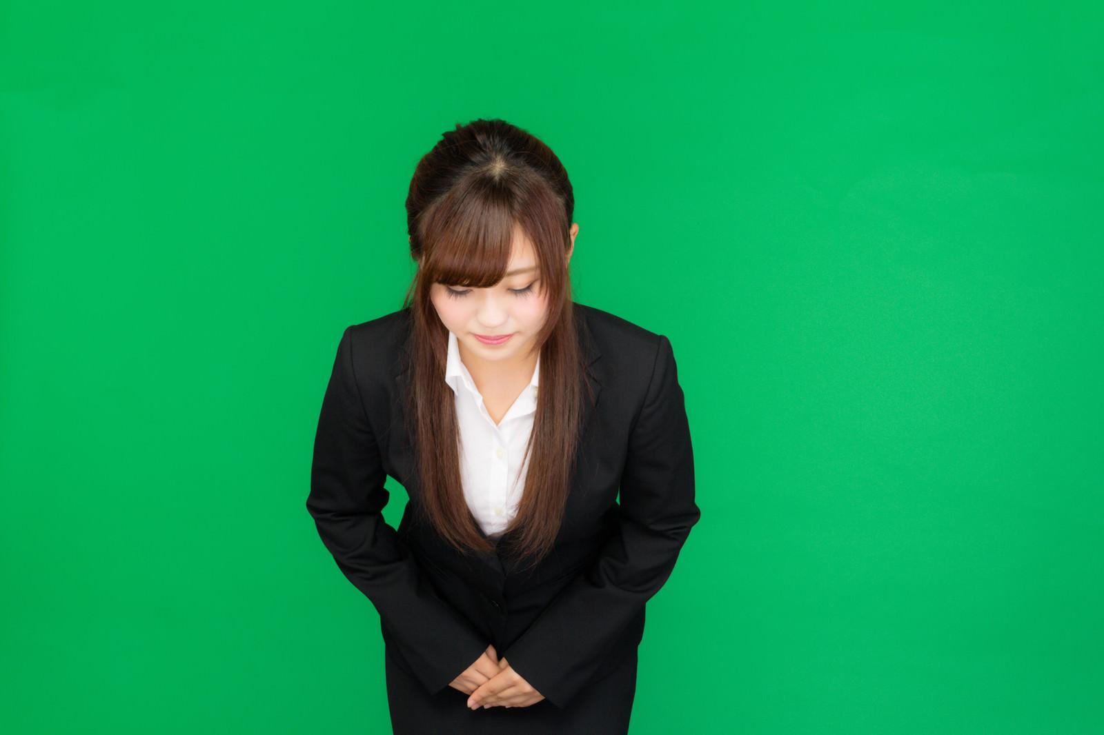 「お辞儀をする女性(グリーンバック)お辞儀をする女性(グリーンバック)」[モデル:河村友歌]のフリー写真素材を拡大