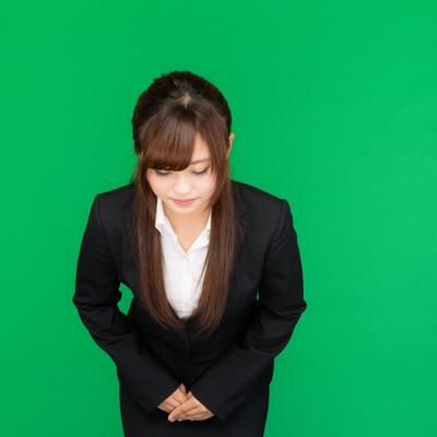 「お辞儀をする女性(グリーンバック)」の写真素材