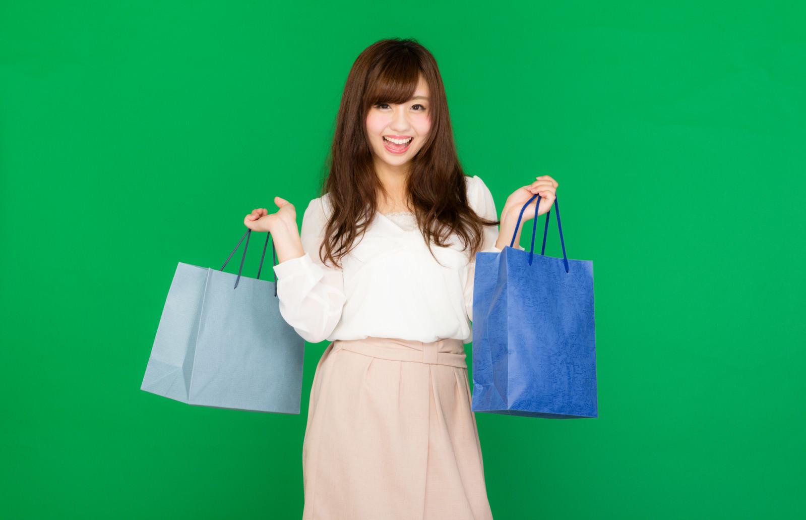 「お目当ての商品をゲットして笑顔の女性」の写真[モデル:河村友歌]