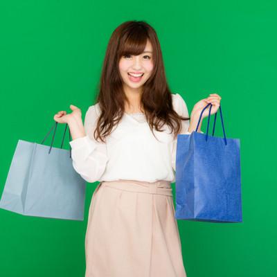 お目当ての商品をゲットして笑顔の女性の写真
