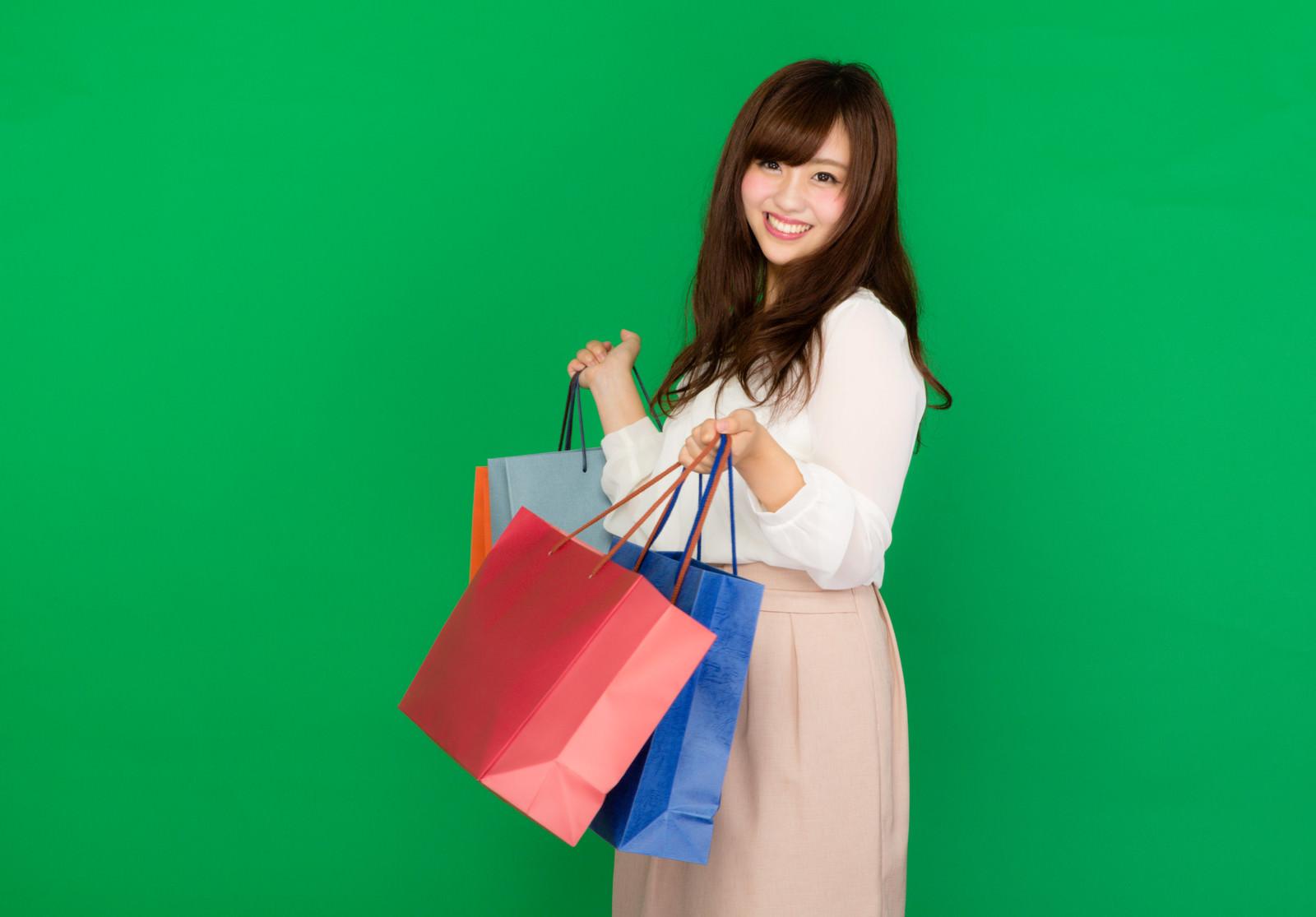 「セールで爆買い女子セールで爆買い女子」[モデル:河村友歌]のフリー写真素材