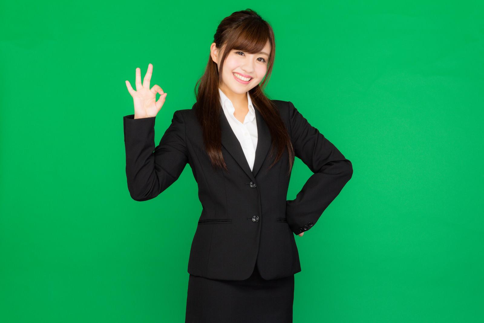 「バッチリOK!と手で合図を送るスーツ姿の若い女性(グリーンバック)バッチリOK!と手で合図を送るスーツ姿の若い女性(グリーンバック)」[モデル:河村友歌]のフリー写真素材
