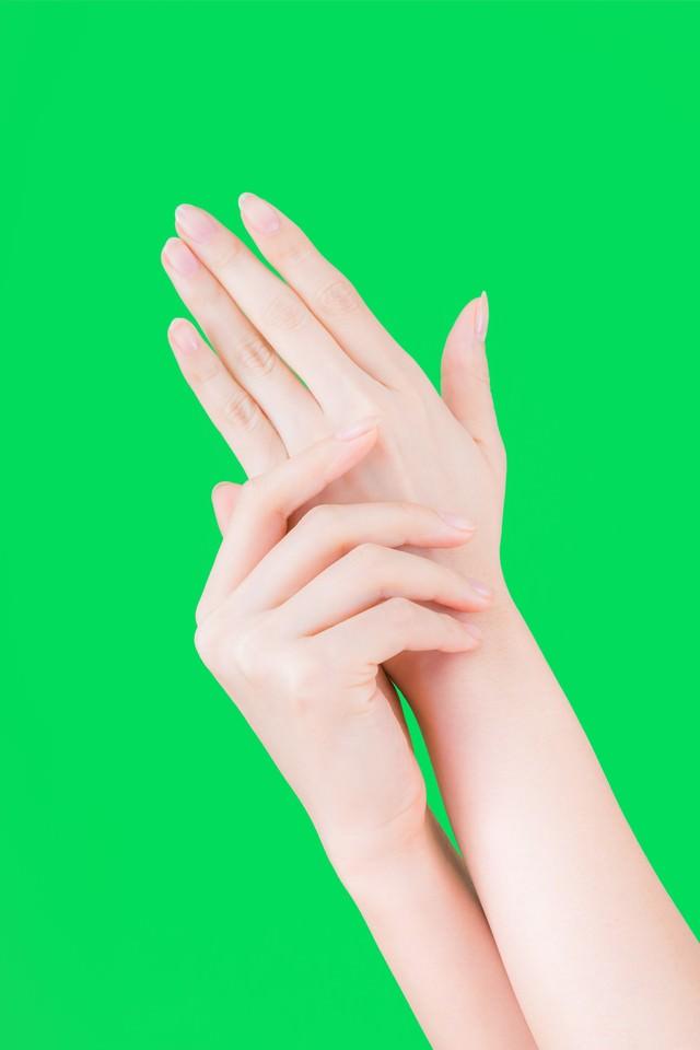 肌をいたわる美しすぎる手(グリーンバック)の写真