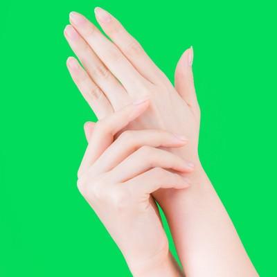 「肌をいたわる美しすぎる手(グリーンバック)」の写真素材