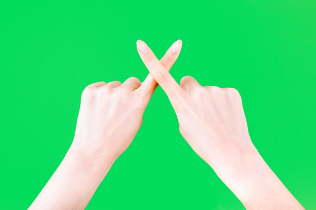 ☓と表現する手(グリーンバック)の写真