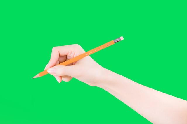 鉛筆で文字を書く手(グリーンバック)の写真