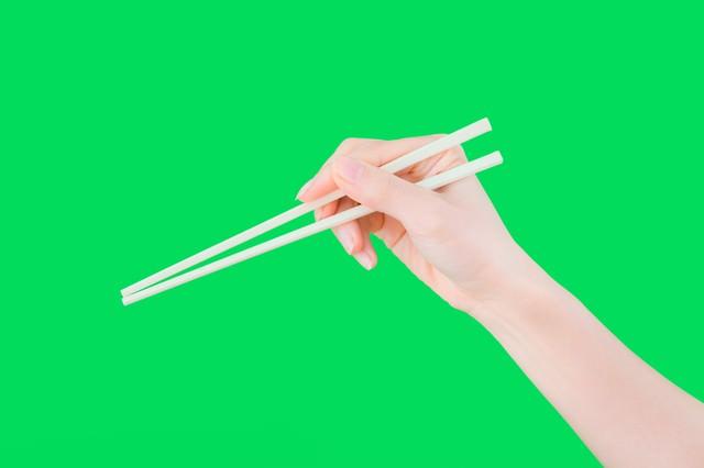 箸を持った手(グリーンバック)の写真