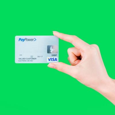 クレジットカードを持つ手(グリーンバック)の写真