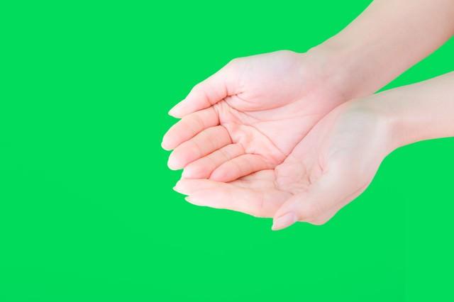 両手で何かをすくう手(グリーンバック)の写真