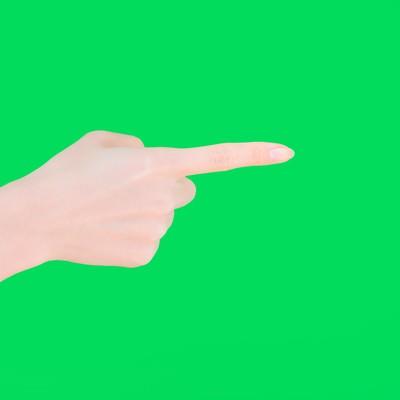 「横から指をさす(グリーンバック)」の写真素材