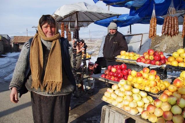 露天で果物を販売するグルジア人の写真