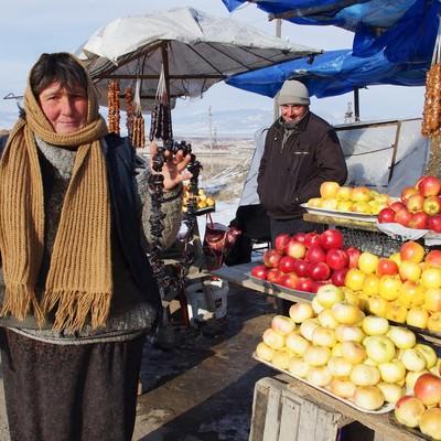 「露天で果物を販売するグルジア人」の写真素材