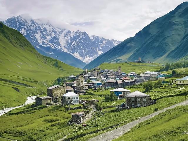 山岳の中の街(グルジア)の写真