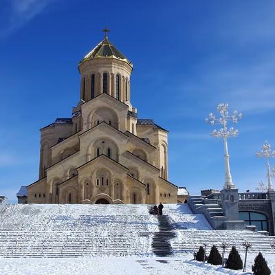 グルジアの教会と雪の写真