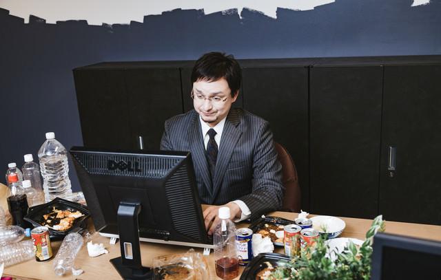 連休明けの仕事ができない人の机の写真