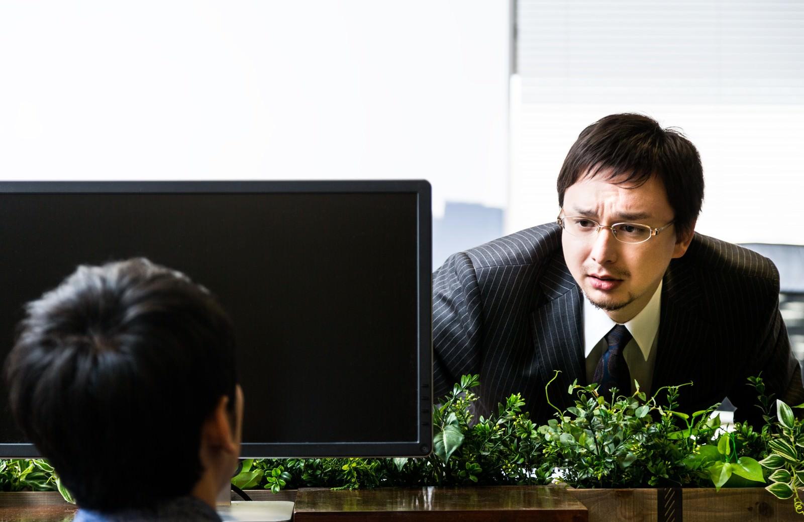 「有給申請すると、個別に「どした?」と上司に聞かれる」の写真[モデル:Max_Ezaki]