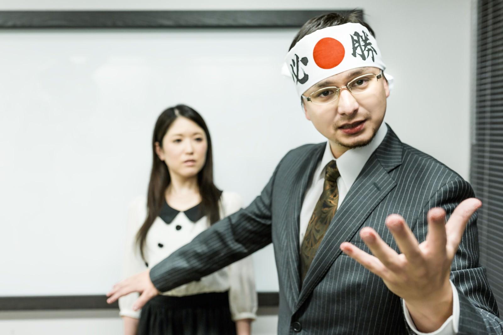 「社長がくっついて来た時、コンペの勝率は0%社長がくっついて来た時、コンペの勝率は0%」[モデル:Max_Ezaki シマヅ]のフリー写真素材
