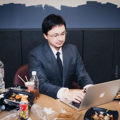 「飲みかけの大量のペットボトルと食べかけのカップラーメンを放置して仕事する同僚」の写真素材