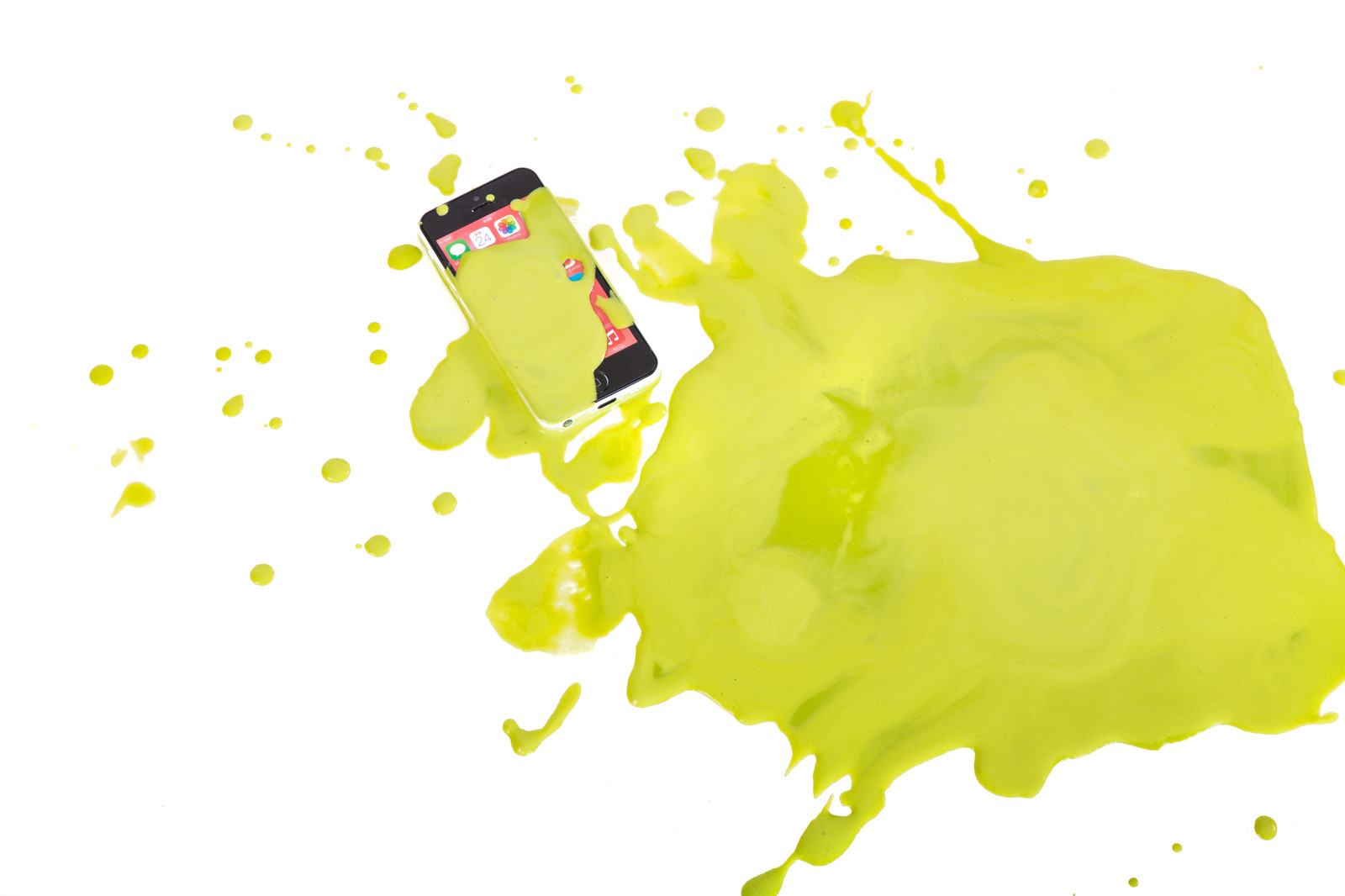 「スマホに緑の液体かけられた!スマホに緑の液体かけられた!」のフリー写真素材を拡大