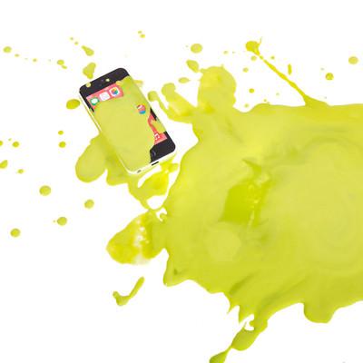 「スマホに緑の液体かけられた!」の写真素材