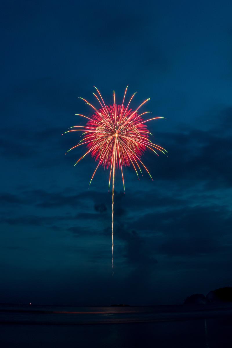 「海上から打ち上がる花火」の写真