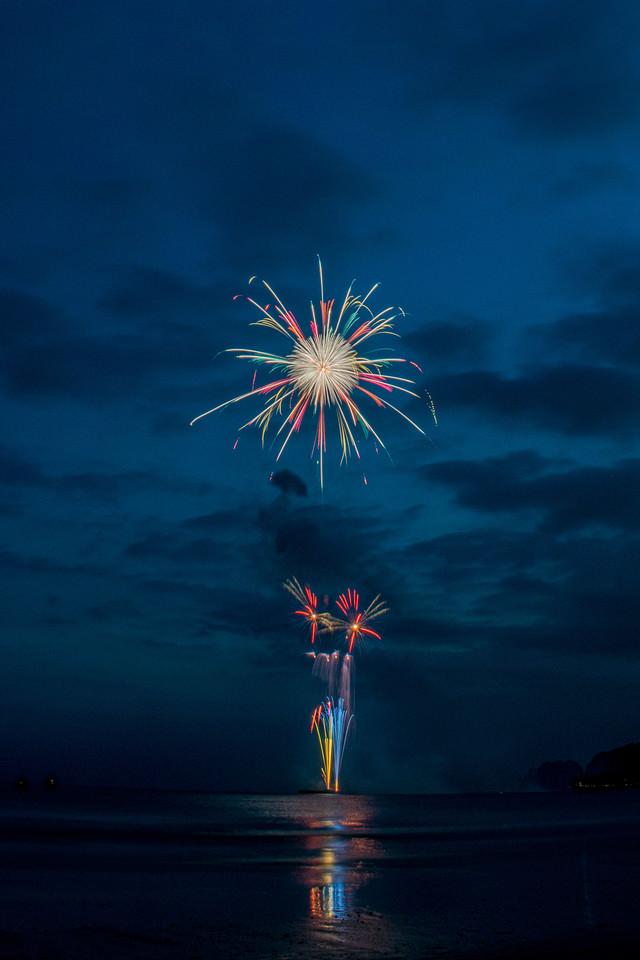 花火大会を砂浜で撮影の写真