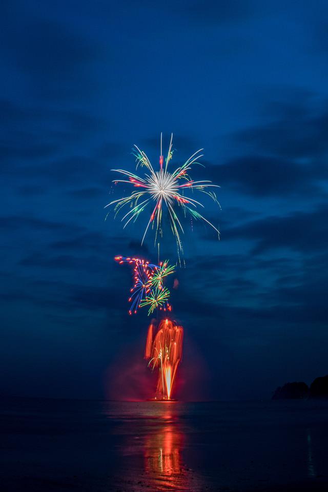 海上から打ち上がる花火大会の写真
